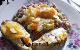 Тушеная горбуша с луком и морковью в сметане