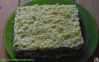 Салат с крекерами и рыбными консервами