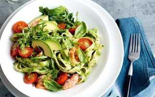 Салат с авокадо и красной рыбой и огурцом